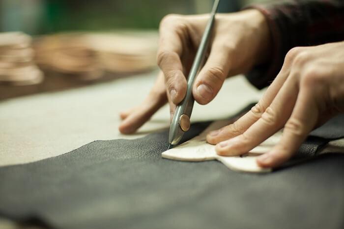 Stoff wird mit einem Messer geschnitten