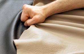 Sofa wird mit Leder bezogen
