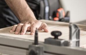 Holz wird zugeschnitten