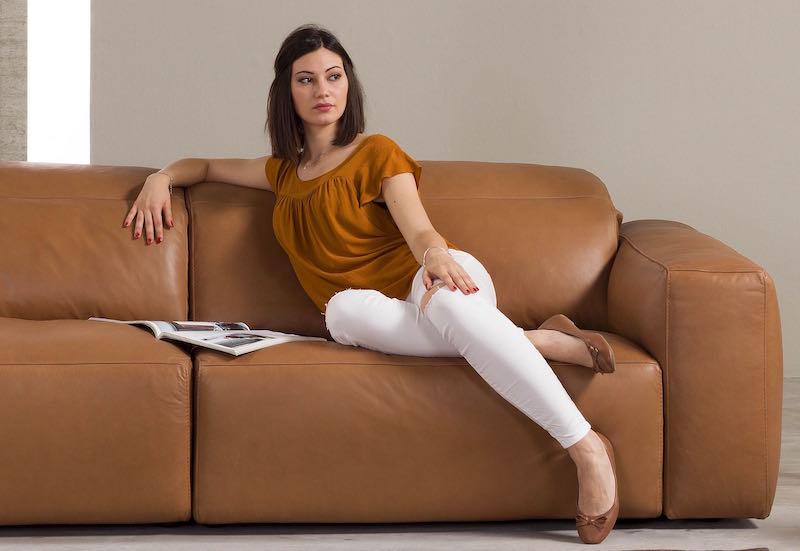 Frau sitz auf premium line ledercouch