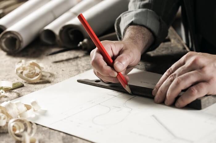 Mann skizziert Sofa